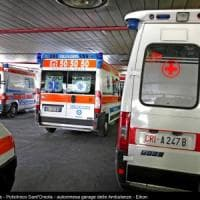 Bologna, l'ascensore scivola, cinque persone bloccate: salvataggio show