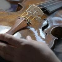 Modena, violinista di 5 anni multata perché suonava in strada