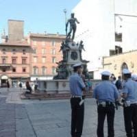Bologna, a 14 anni si arrampica sul Nettuno per attaccare un adesivo: multa