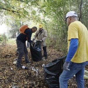 Bologna, quei metri cubi di plastica e rifiuti raccolti lungo le sponde del canale Navile