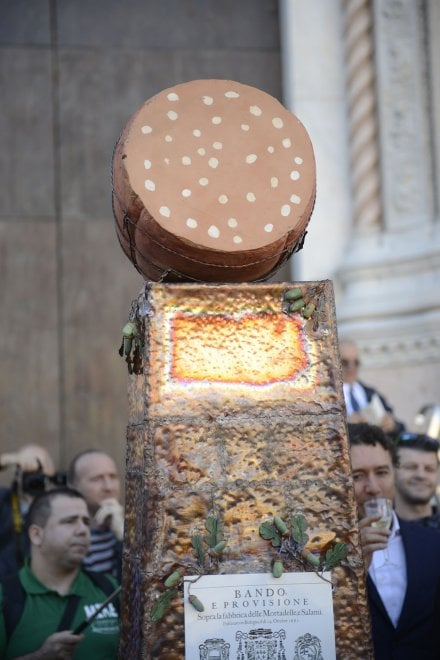 Bologna, la Curia e Sgarbi benedicono la statua della Mortadella