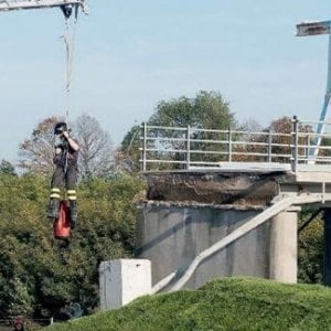 Ravenna, cede un ponte: muore tecnico della Protezione Civile, filmata in diretta la sua inutile fuga