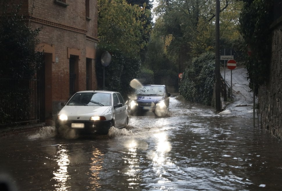Bologna, strade come fiumi sui viali e sui colli