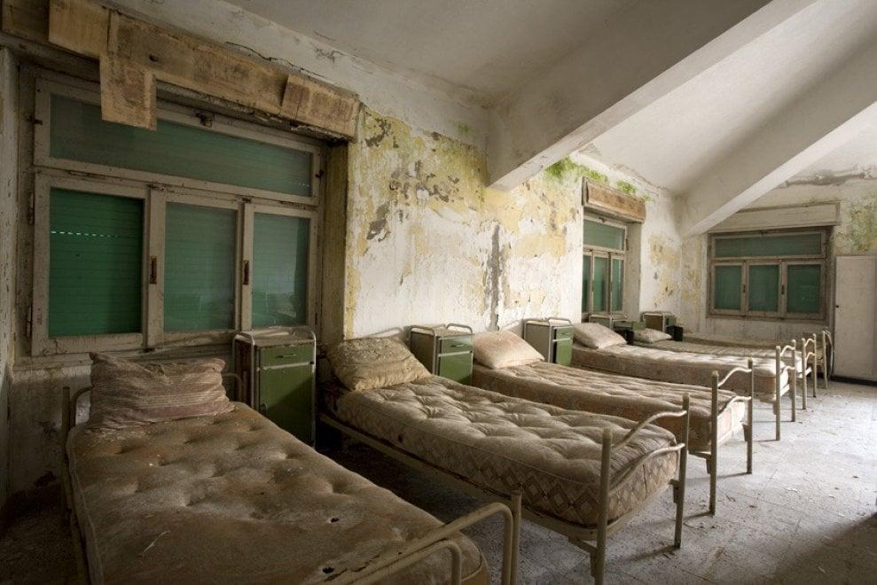 Addio colonia, delle estati in Riviera restano polvere e nomi incisi sui muri. Gli scatti di Luigi Tazzari