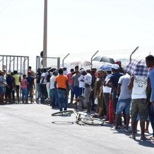 Rimini, molotov e bomba carta contro centro migranti