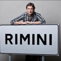 Rimini, il sindaco difende un artista di strada dalle vigilesse: indagato