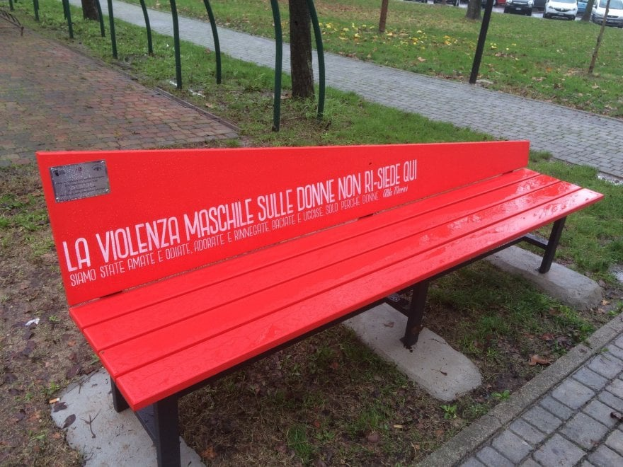 Bologna, panchine e scarpe rosse contro la violenza alle donne