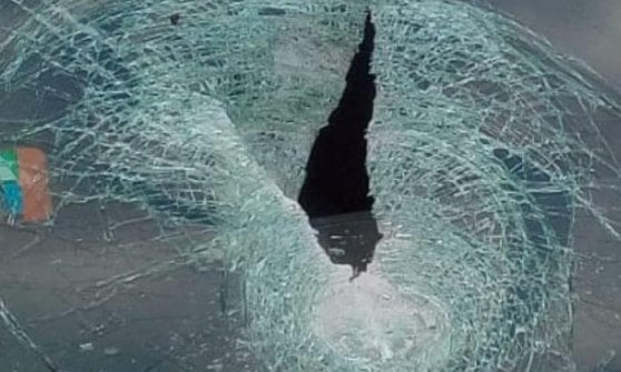Bologna, si stacca calcestruzzo da 2,4 kg sulla A14: finisce su un'auto, parabrezza sfondato, donna ferita