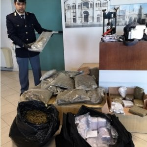 Parrucchiere narcos a Modena: 60 kg di droga e due pistole a casa