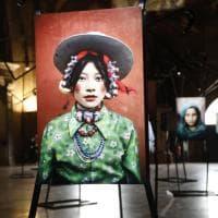 Fotografia, i volti ritratti da McCurry: incroci di sguardi in mostra a Bologna