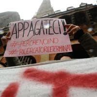 La protesta dei ricercatori precari blocca il traffico sotto le Torri a Bologna