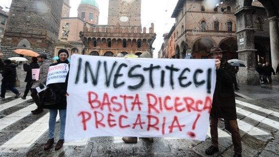 """Ateneo di Bologna, ricercatori in piazza: """"Basta precariato"""""""
