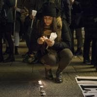 Bologna, la fiaccolata in piazza per i diritti. Di tutti