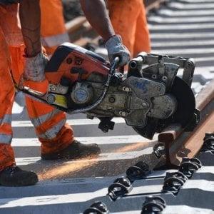 Piacenza, operaio al lavoro sui binari travolto e ucciso da un treno in transito