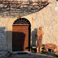 Bologna, camminando fra le strade del borgo di La Scola, seguendo la traccia dei presepi