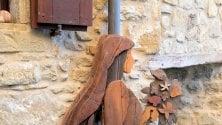 Camminando a La Scola seguendo la traccia  dei presepi in legno