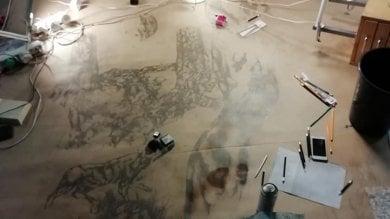 L'artista miope che disegna la Divina Commedia su un foglio di 97 metri