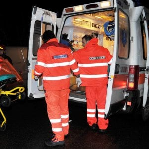 Piacenza, auto travolge clienti del bar: un morto. Conducent