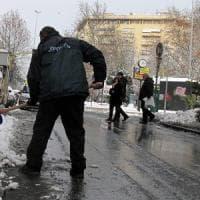 Nevica su Bologna, mezzi spargisale e spazzaneve in azione