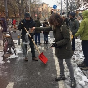 """Neve a Bologna, per i ciclisti pulizia fai da te della ciclabile. E il sindaco attacca """"chi va a scheggia"""""""