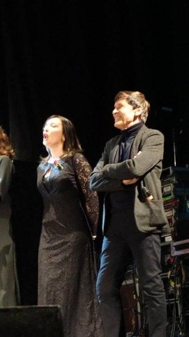 Bologna, Gianni Morandi canta con gli avvocati