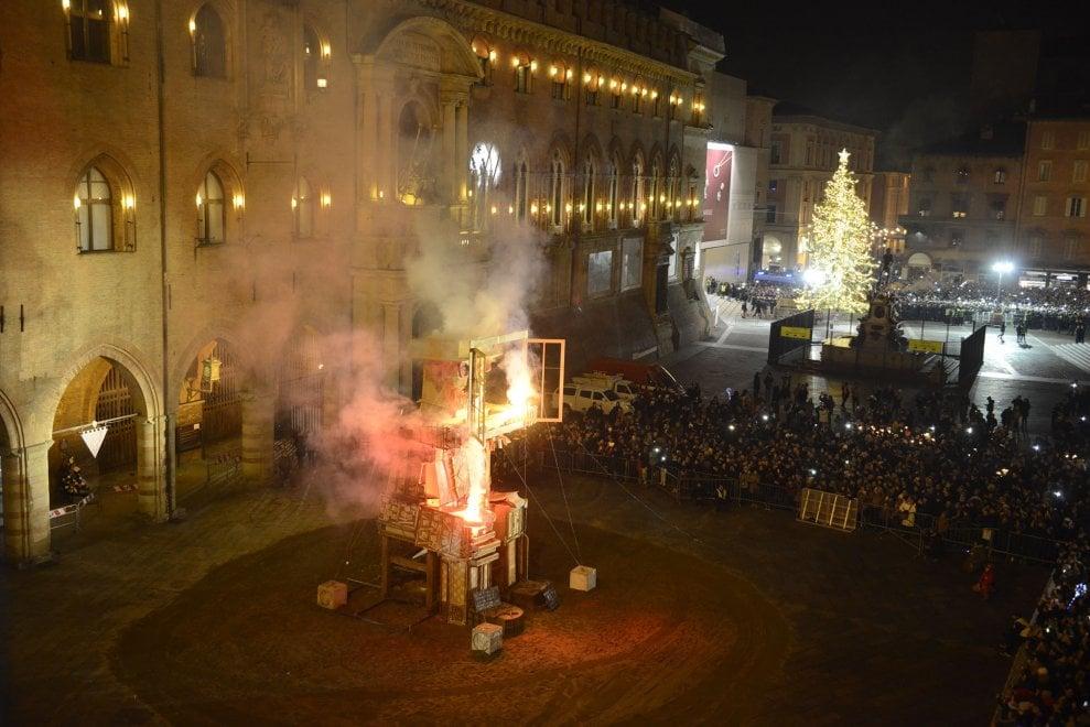 Bologna festeggia il 2019: migliaia in piazza Maggiore per il rogo del Vecchione