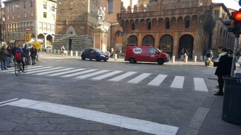 Bologna, sperimentazione al via per strisce pedonali che durano 10 volte di più