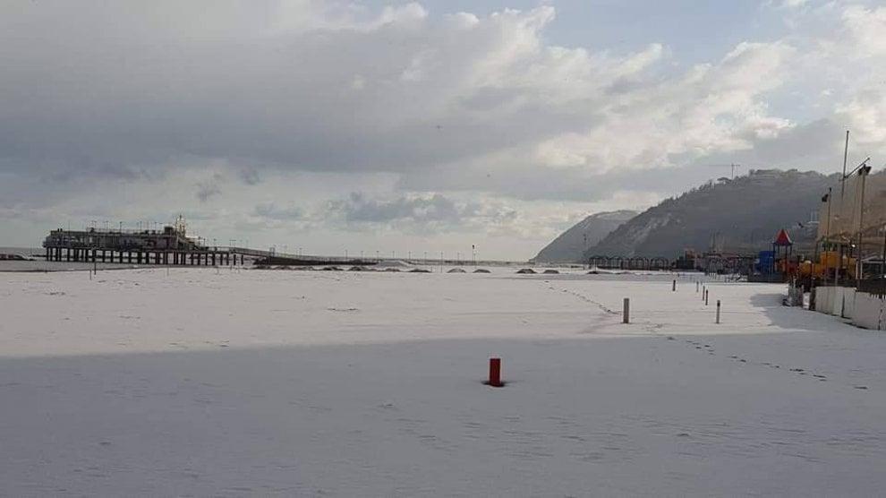 Il mare d'inverno: spiagge romagnole coperte dalla neve