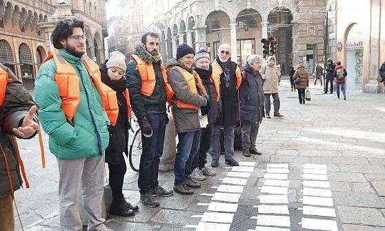 Bologna, Digos e vigili bloccano il sit-in di Bergonzoni e Bosso per la Sea Watch