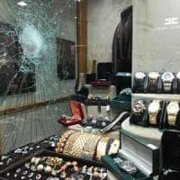 Bologna, tentata rapina alla gioielleria Piretti in Galleria Cavour: il