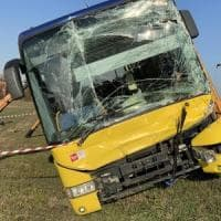 Modena, incidente tra bus e due camion: feriti 14 studenti
