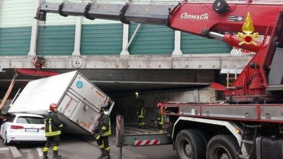 Bologna, autocarro incastrato nel cavalcavia dell