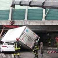 Bologna, autocarro incastrato nel cavalcavia dell'autostrada
