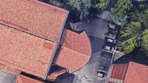 Bologna, poche offerte in chiesa. E il parroco affitta i parcheggi del cortile