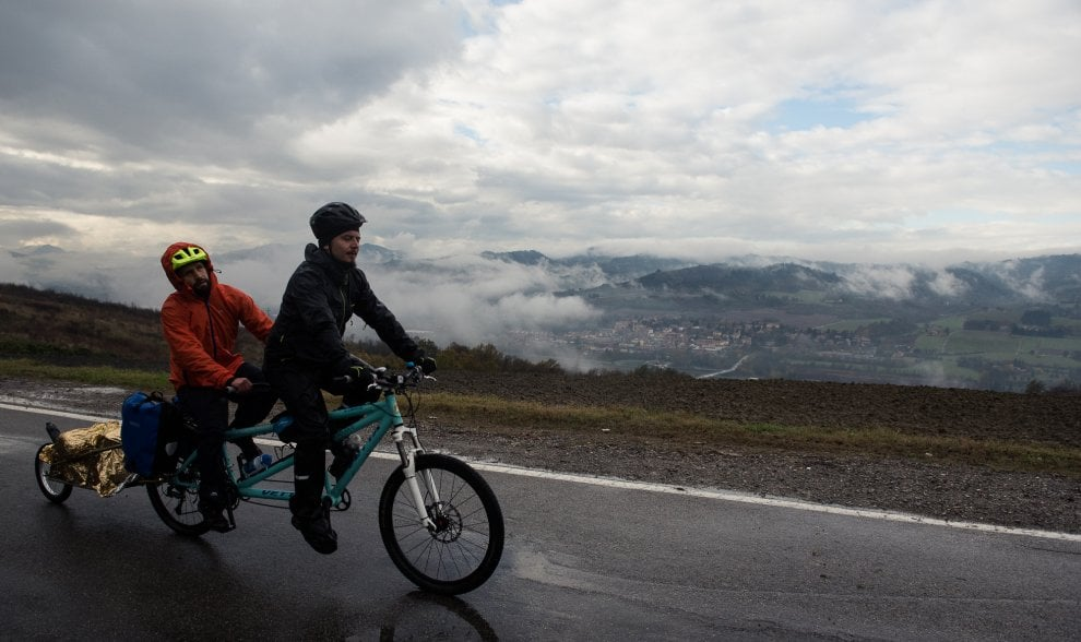 Un tandem, due amici, 16mila km: Davide Valacchi, ciclista cieco, pedalerà da Roma a Pechino