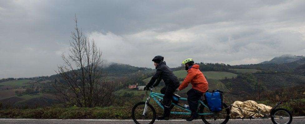 """In tandem da Roma a Pechino, la sfida """"assurda ma non troppo"""" di Davide, ciclista cieco"""