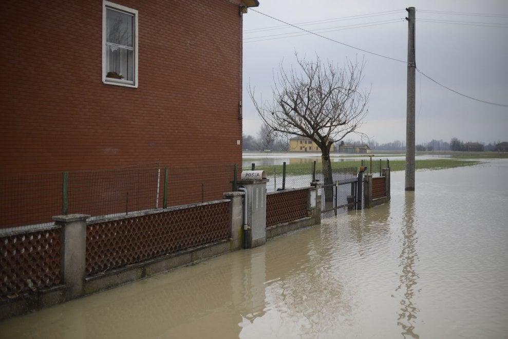 Bologna, i danni dell'alluvione e l'aiuto dei soccorritori