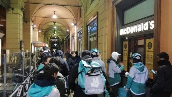 Bologna, sciopero a sorpresa dei rider di Deliveroo