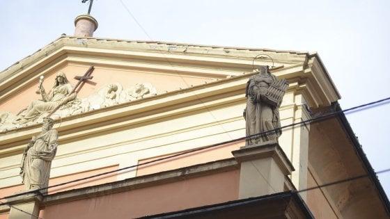 Bologna, cadono pezzi di statue dalla facciata di una chiesa