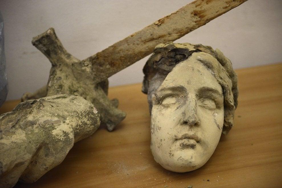 Bologna, il vento stacca frammenti di statue dalla facciata di una chiesa