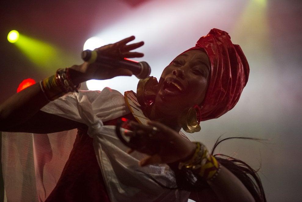 Suoni ed energia dal Mali, la voce di Fatoumata Diawara conquista Bologna