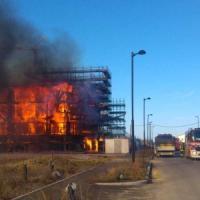 Enorme incendio a Castenaso, avvolto dalle fiamme un intero palazzo in costruzione