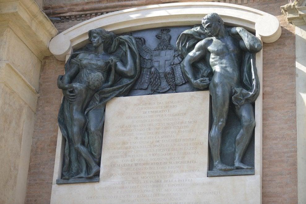 Sulla facciata del Comune di Bologna tornano dopo 76 anni le statue rimosse dai repubblichini