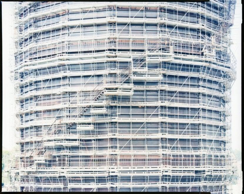 Fotografia industriale, le mutazioni del gasometro di Bologna