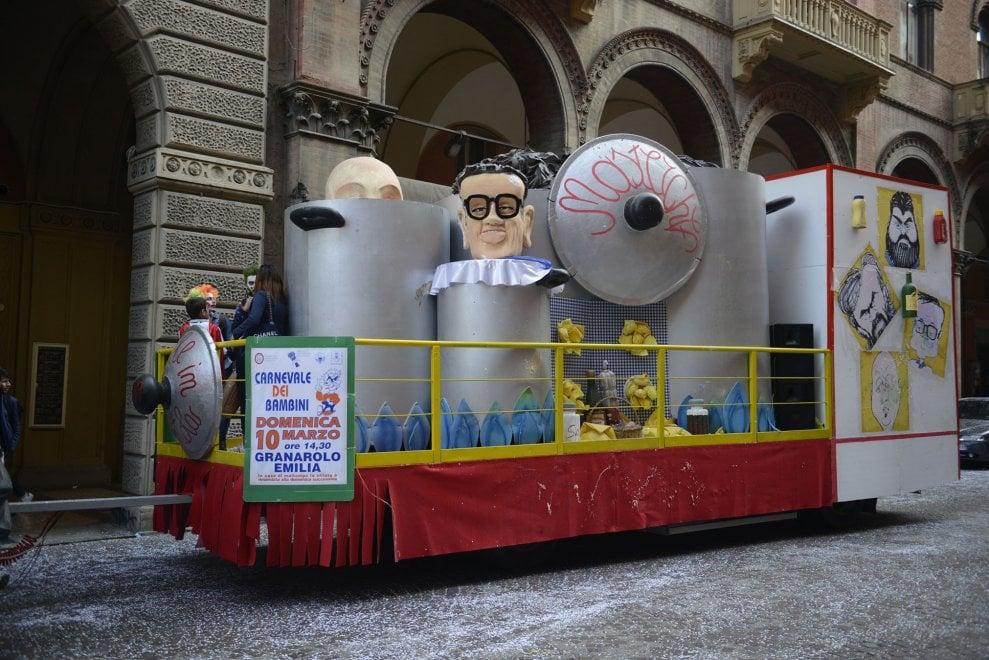 Dramma di Carnevale: un bimbo cade dal carro, è grave