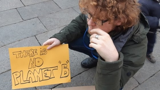 """Bologna, in piazza per il clima: """"Non vogliamo fare la fine dei dinosauri"""""""