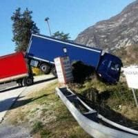 Incidente sul lavoro, muore travolto dal suo Tir parcheggiato