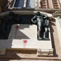 Imbrattarono Palazzo d'Accursio, denunciati due militanti di Hobo