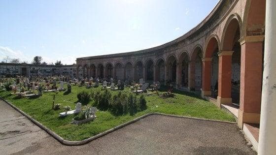 Immagini sacre oscurate al cimitero di Pieve di Cento per permettere riti laici e di altre fedi