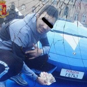 Selfie con banconote davanti alla Lamborghini della Polstrada in piazza a Bologna